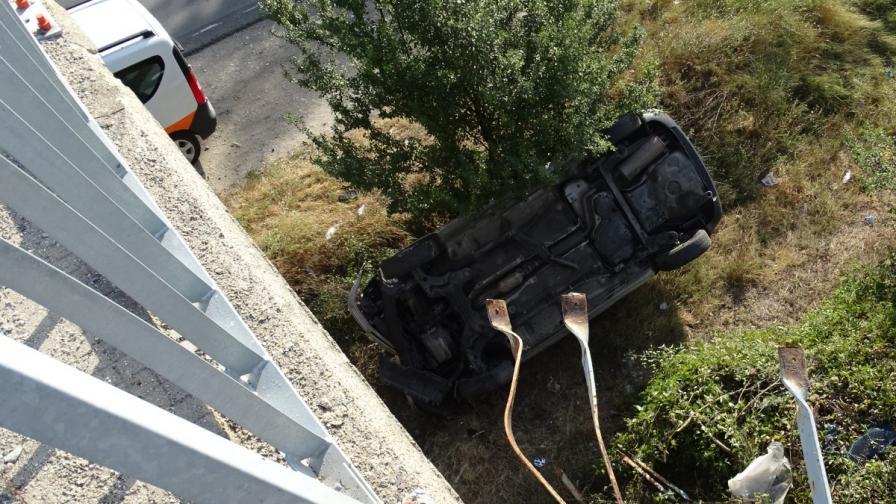 Кола падна от надлез на Е-79