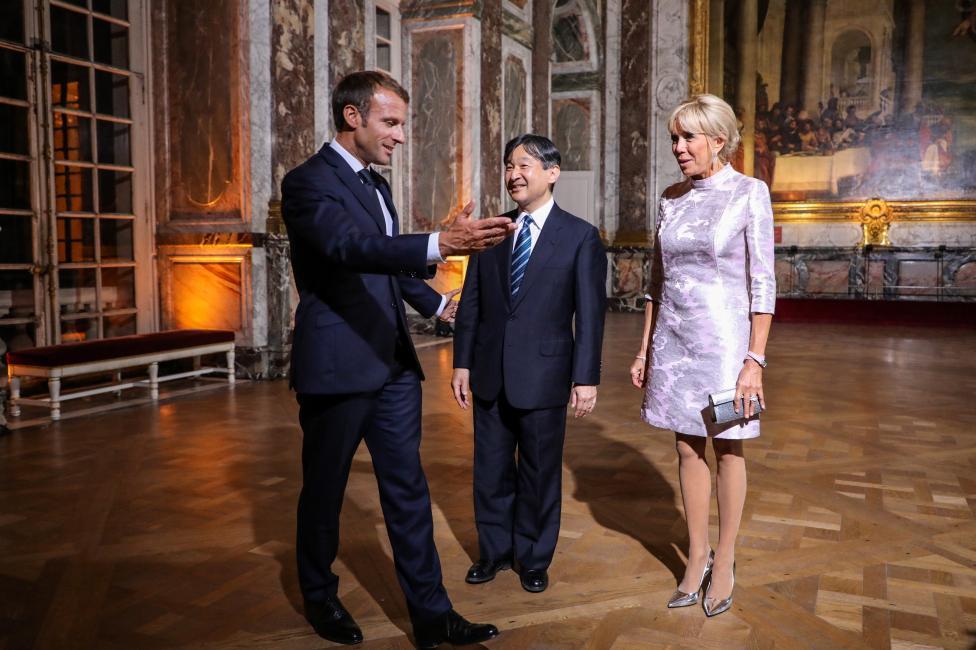 - Френският президент и съпругата му Брижит Макрон посрещнаха престолонаследника на Япония принц Нарухито във Версайския дворец. Пред почетния караул...