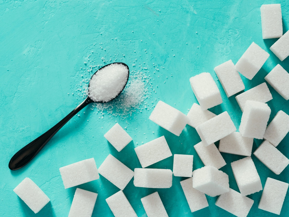 Захар. Както всички знаем, хормоните до голяма степен определят външния вид: дали ще имаме окосмяване, акне, мазна кожа... Прекомерната консумация на захар и захарни продукти могат да се отразят зле на някои от основните жлези, произвеждащи хормоните в тялото ни и така да предизвикат омазняване на скалпа и на косата.