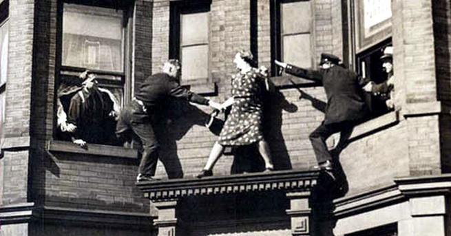 Годината е 1942, а жената, държаща заплашително огледало над главата