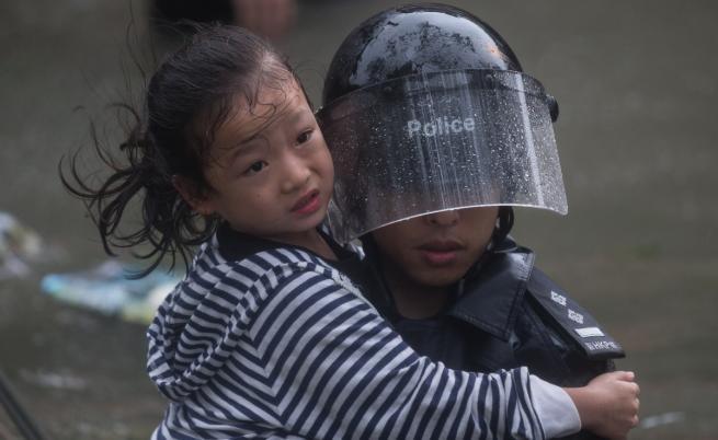 Тайфунът Мангхут достигна Китай, разтърси небостъргачи
