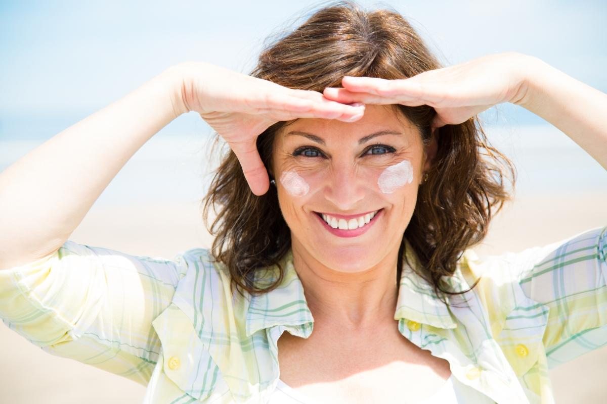 Често забравяме да намажем лицето си със слънцезащитен крем. А трябва, защото излагането на лицето на вредните лъчи също помага образуването на бръчки.