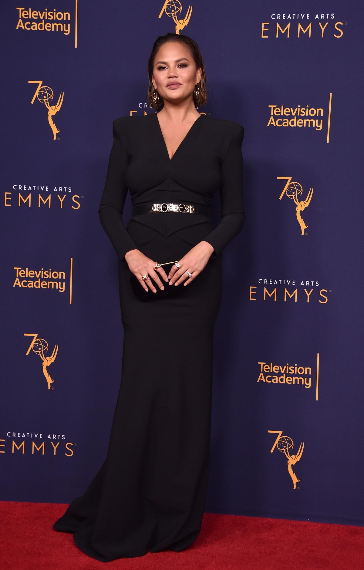 """Четири месеца след като роди второто си дете, Криси Тийгън се появи на червения килим на наградите """"Еми"""". Моделът придружи своя съпруг - певецът Джон Леджънд, който спечели награда за ролята си във филма на NBC Jesus Christ Superstar Live in Concert. С това отличие 39-годишният Леджънд се превърна в първия най-млад мъж и първия тъмнокож, отличен с награди """"Еми"""", """"Грами"""", """"Оскар"""" и """"Тони"""". Очаквано, в този важен момент за кариерата му до него беше красивата му съпруга Криси Тийгън."""