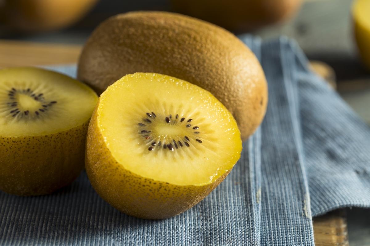 Жълтото киви може да ви набави до 109 милиграма витамин С.