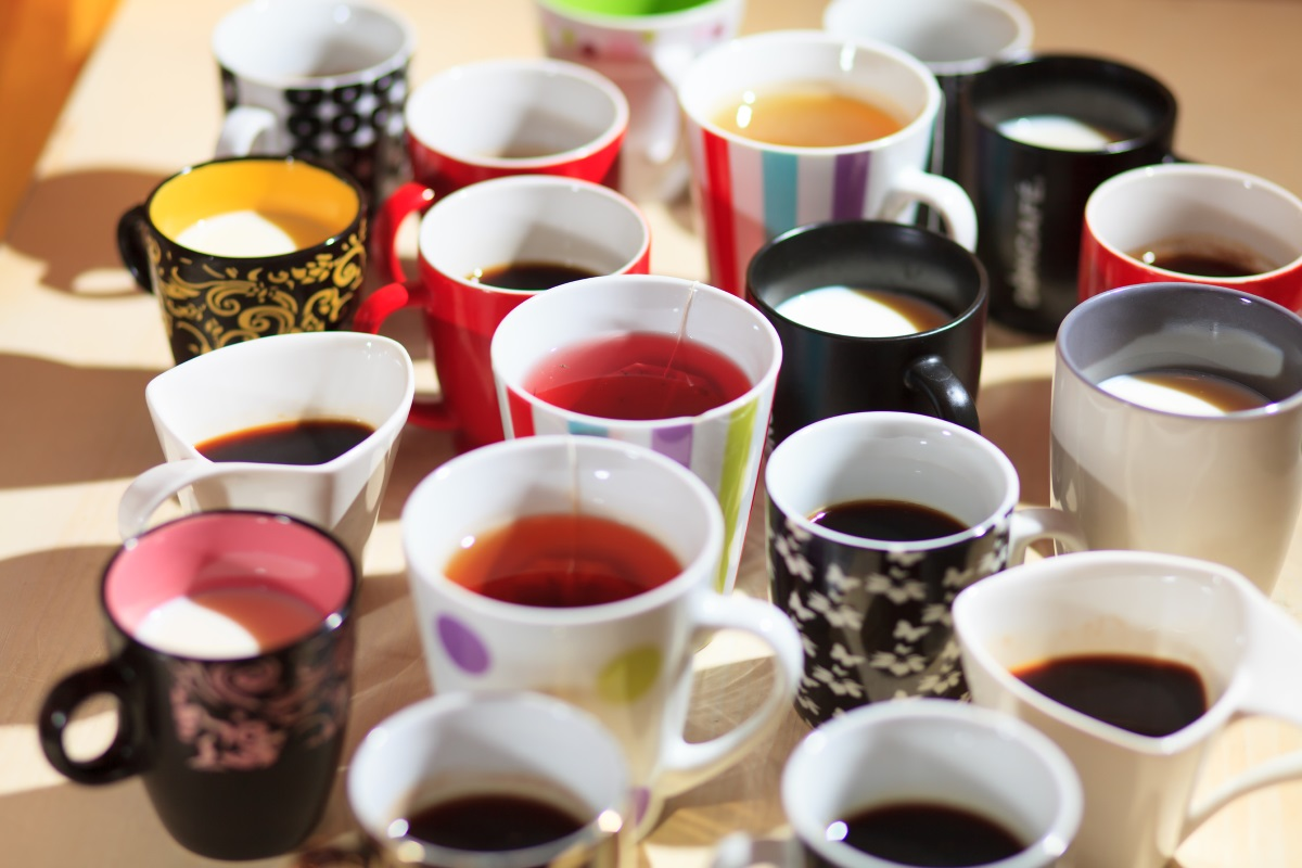 7. Десетки чаши за кафе - всичко започва с една, после с още една и така, докато в един момент в шкафа няма място за друго. Ако не искате да се разделяте с всичките си чаши за кафе, оставете част от тях в офиса например или подарете няколко на близък човек, с когото обичате да пиете кафето си.