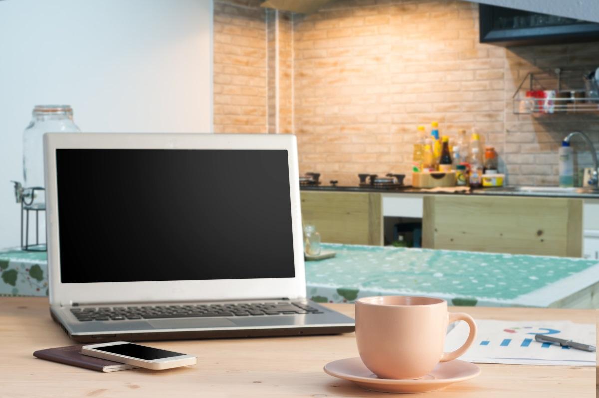 """5. Всичко, """"което принадлежи на друга стая"""" - лаптоп, телефони, гримове, дрехи... кухнята има строго предназначение, не я претрупвайте с неща, които не използвате там."""