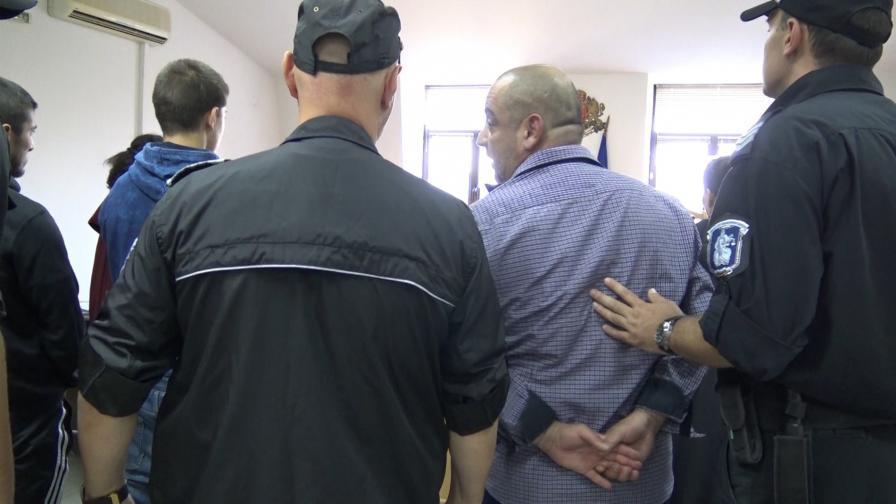 Оставиха в ареста двама от крадците, вързали свещеника