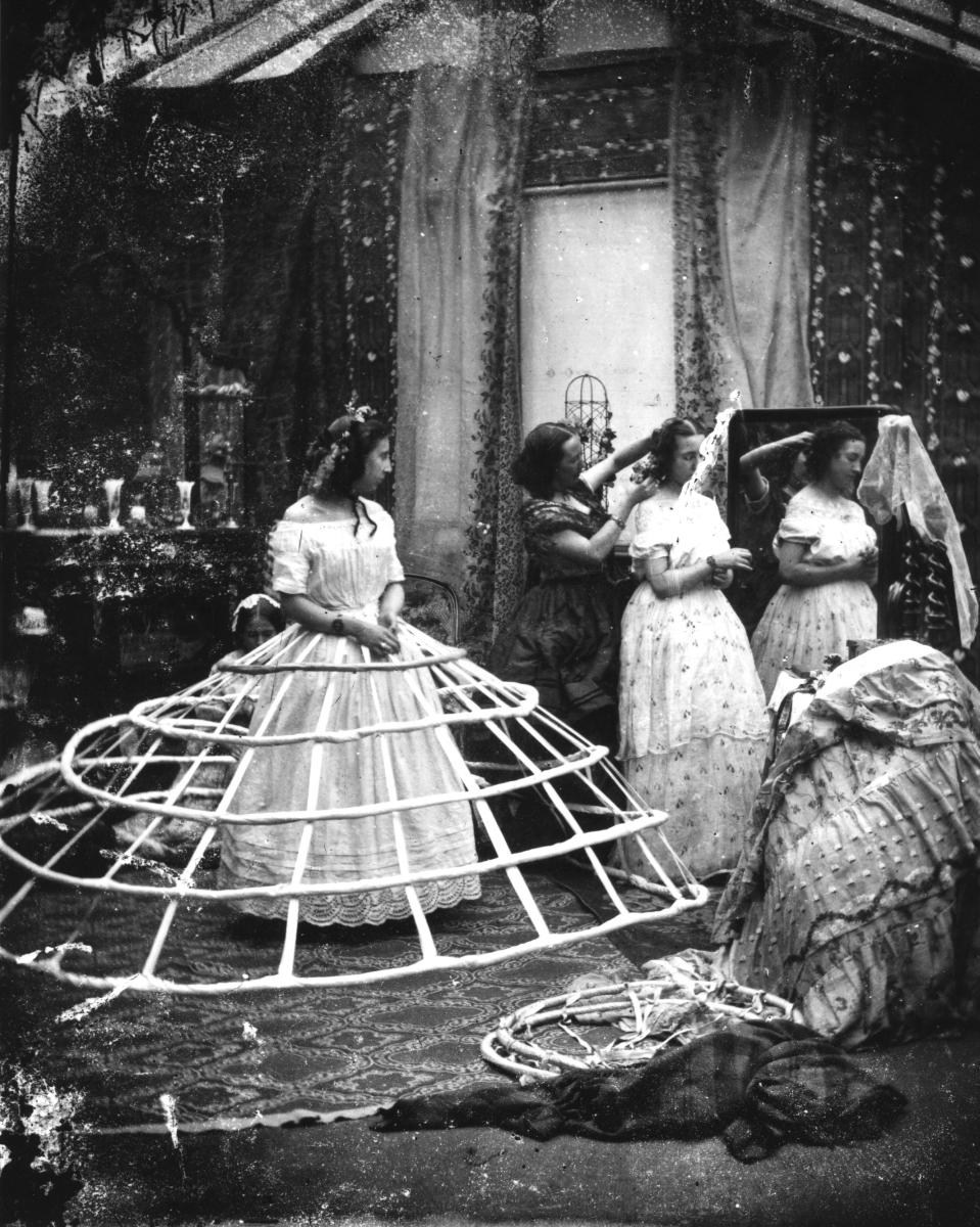 Смятате, че роклята с кринолин е безопасна отживелица? Помислете пак - защото е имало една особена забрана - дамите да не приближават свещници. Защо? Защото е имало редица смъртни случаи на дами, чиито рокли са се запалили и поради факта, че не са можели да ги изгасят, те са починали от изгаряния.