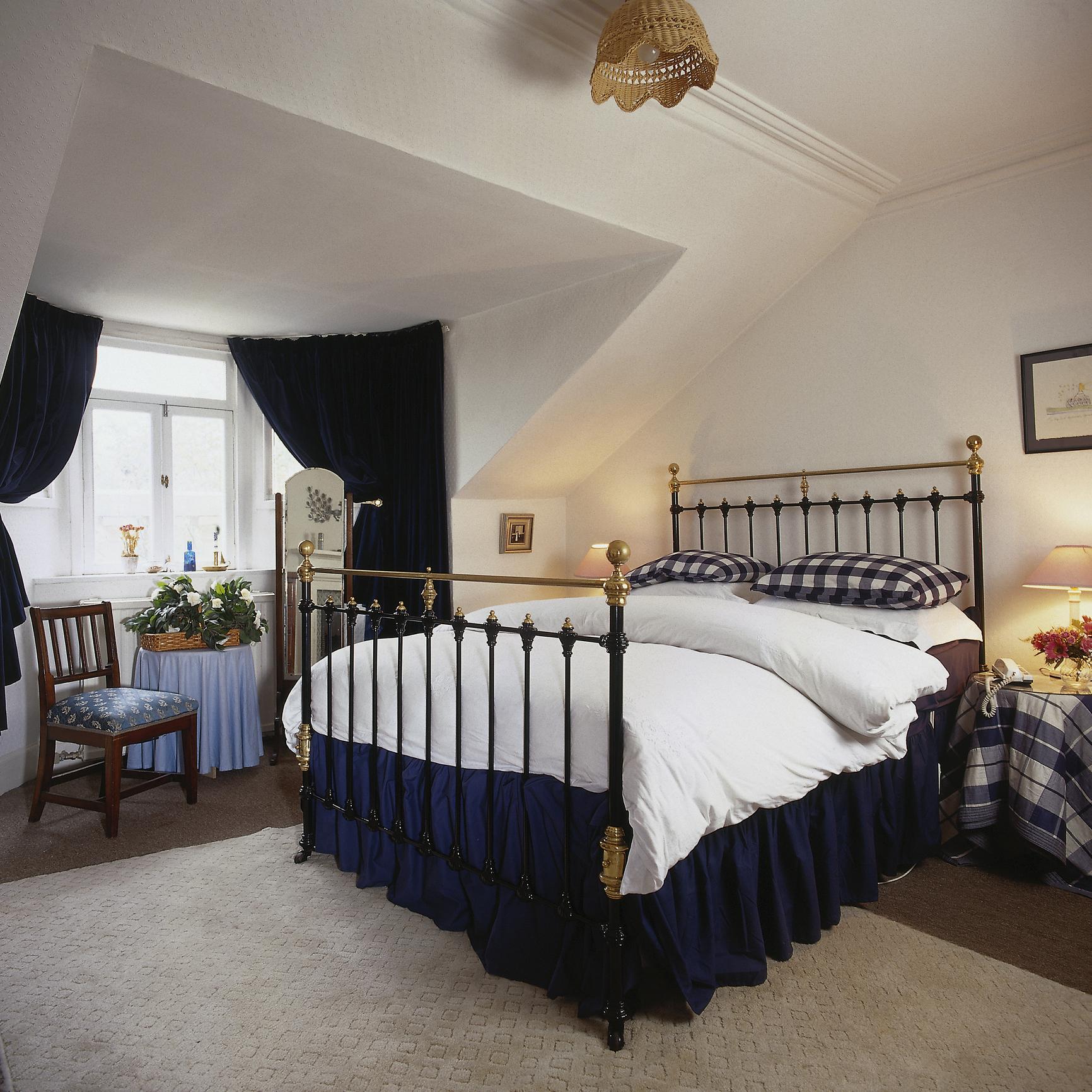 Легла с метална рамка. Тези легла се продават и в по-съвременен вид, но те винаги носят усещане за елегантност.