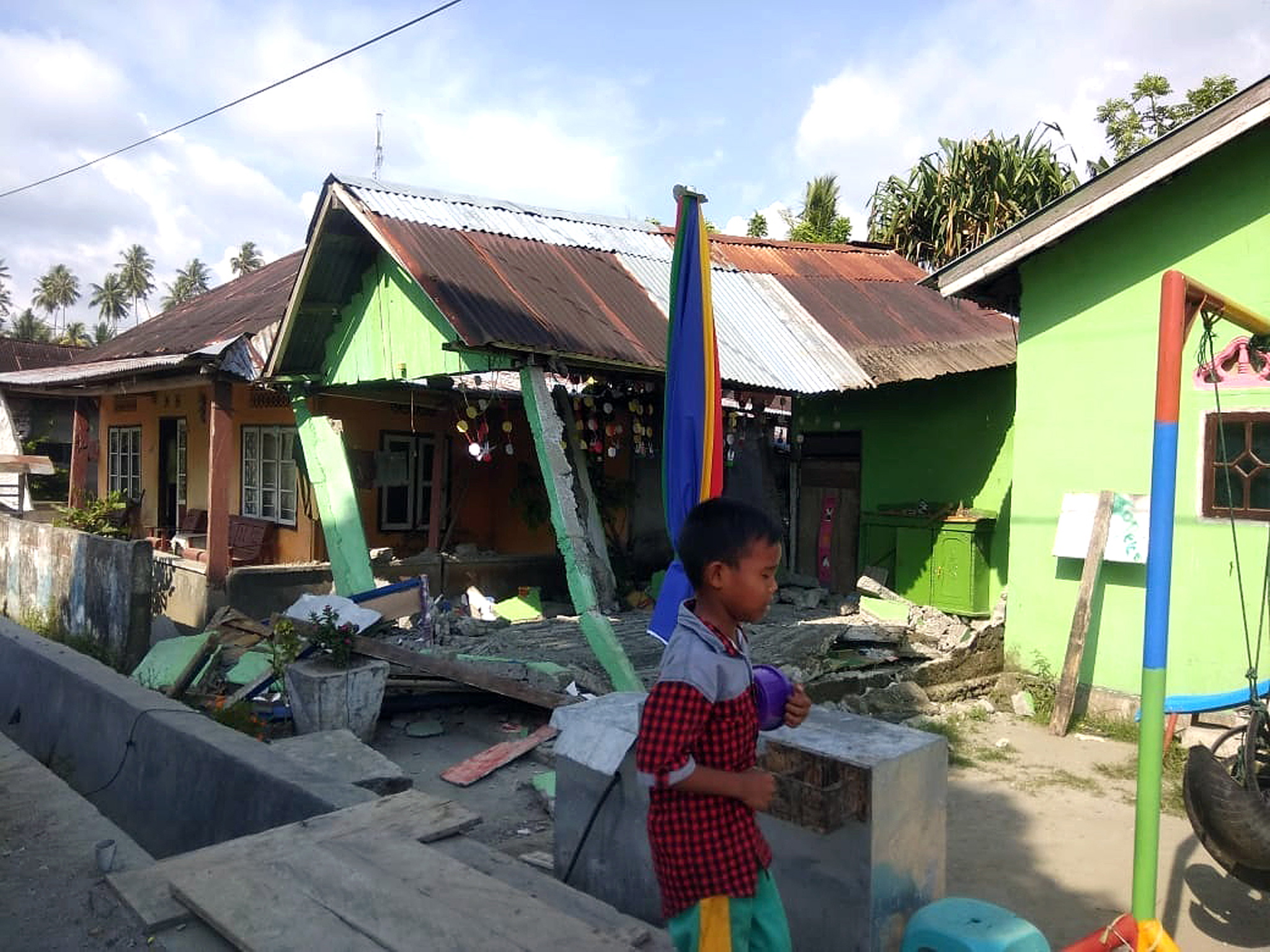 Земетресение с магнитуд 7,5 по скалата на Рихтер бе регистрирано днес край централния индонезийски остров Сулавеси. Малко по-късно местните власти издадоха предупреждение за цунами, което след това бе отменено. Приливна вълна с височина 2 метра обаче заля крайбрежието на провинциите Западно Сулавеси и Централно Сулавеси.