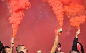 Феновете на ЦСКА бесни, мощно освикрват своите