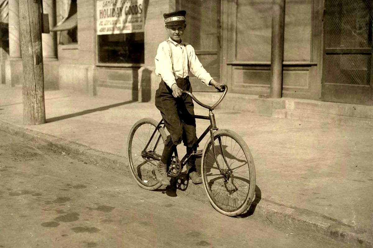 Ноември 1913 г.: 14-годишен пощальон. Казва, че обслужва зоната на червените фенери постоянно.