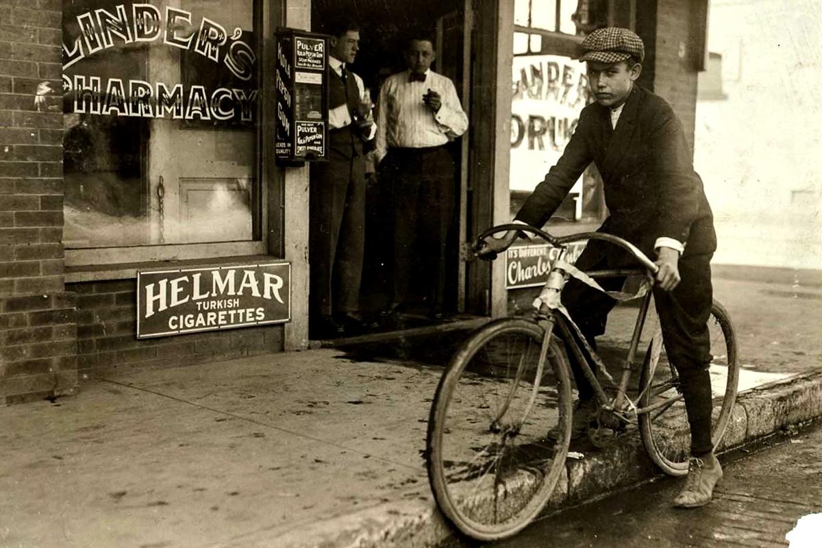 Октомври 1913 г.: 15-годишно момче, работи всеки ден от 08:00 ч. до 20:00 ч.