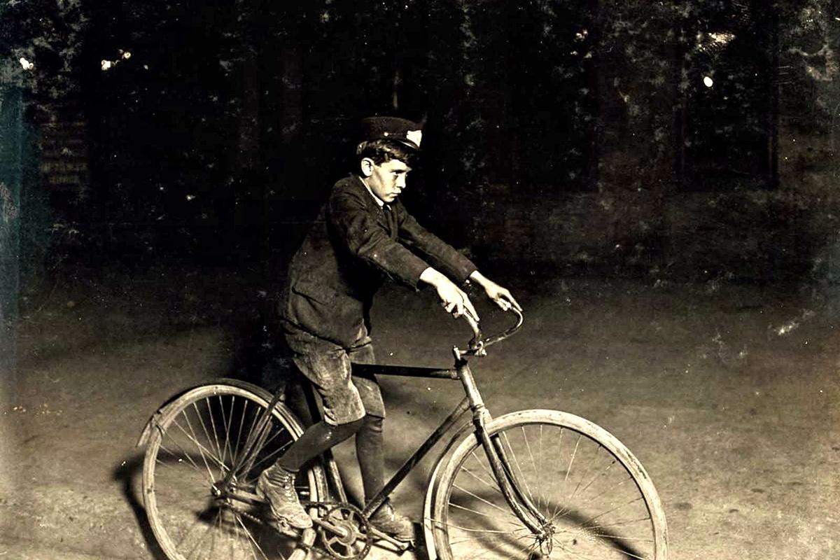 Август 1908 г.: Дете пощальон в 22:00 ч.