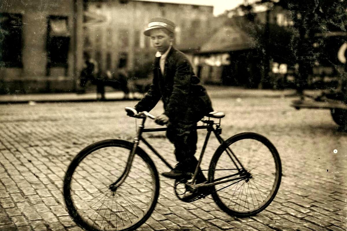 Октомври 1913 г.: Пощальон №6, казва, че е на 14 г., но съвсем не изглежда на толкова. Работи до 23:00 ч. всеки ден. Понякога посещава червените фенери и казва, че получава по 25 цента повече.