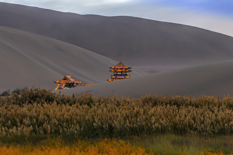 Град Дунхуан е с население от около 200 000 души, като през годината приема 10 милиона посетители.