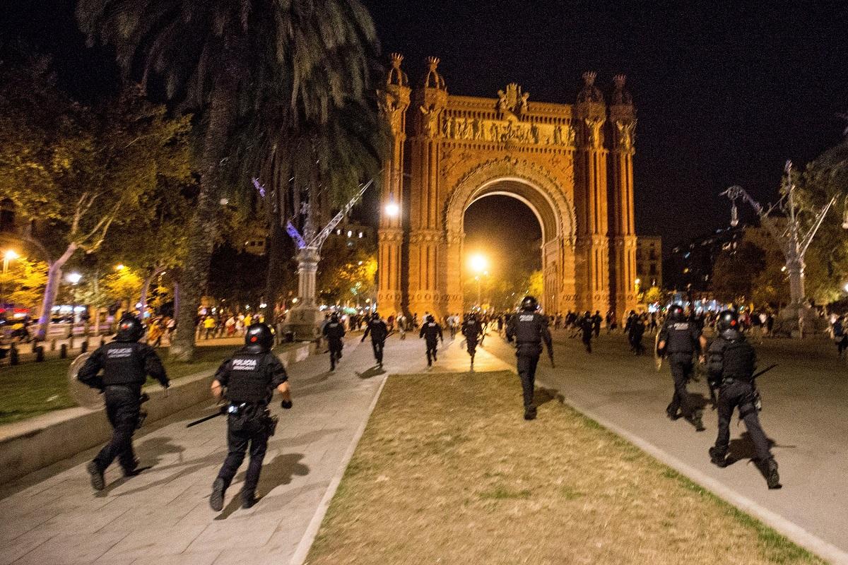 Стотици протестиращи сепаратисти събориха огражданията пред входа на регионалния парламент