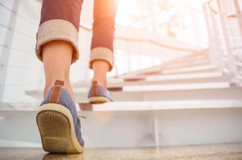 <p><strong>Промени вече съществуващата рутина</strong>, като направиш малки, но важни промени в ежедневието си. Може вече да си свикнала да използваш асансьора на работа, но започни да изкачваш стълбите; вместо да паркираш до възможно най-близкия вход, остави колата си по-далеч от сградата; вместо да се сресваш на едно място сутрин, прави го, разхождайки се из дома си.</p>
