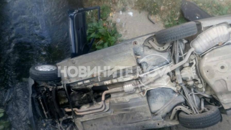 """Кола падна в река, друга се самозапали на """"Тракия"""""""