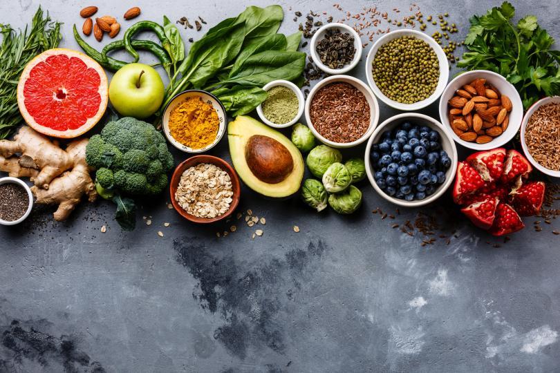 <p><strong>Здравословна диета</strong></p>  <p>Може да звучи очевидно, но яденето на добре балансирана, питателна диета е от съществено значение, за да помогнете на тялото си да се върне към най-добрата си форма. Знаем, че тялото ви копнее за въглехидрати и захар, но консумирането на такива храни просто ще доведе до повече желание, благодарение на последващото понижаване на кръвната захар. Става дума за яденето на правилния вид въглехидрати: такива, които влияят по-малко на нивата на кръвната захар. Помислете за богати на фибри плодове като банани и ябълки, ядки, боб, пълнозърнести храни и зеленчуци като броколи и зелени салати. Добавете и богати на протеини храни, за да си помогнете да отблъснете желанието за захар.</p>