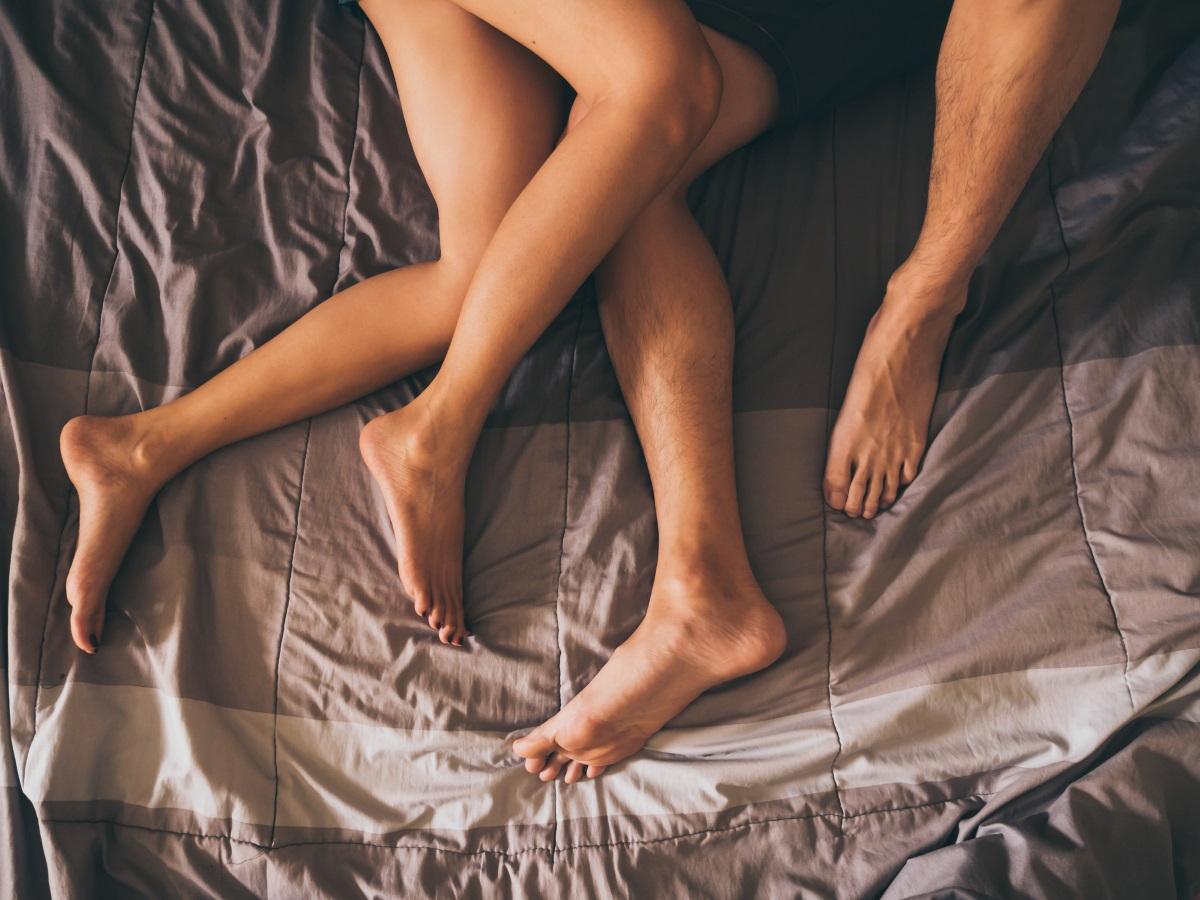 """Тайна фотосесия - Когато Дъстън Халоуей разбира, че приятелката му изневерява, вместо просто да си събере нещата и да си тръгне, решава да я унижи в социалните мрежи. Дъстън я заварва в леглото им с друг мъж и им прави фотосесия, докато спят. След това качва снимките във Фейсбук с думите: """"Когато се прибереш у дома и видиш друг мъж в леглото до жената, която обичаш. Добрите мъже заслужават добри жени""""."""
