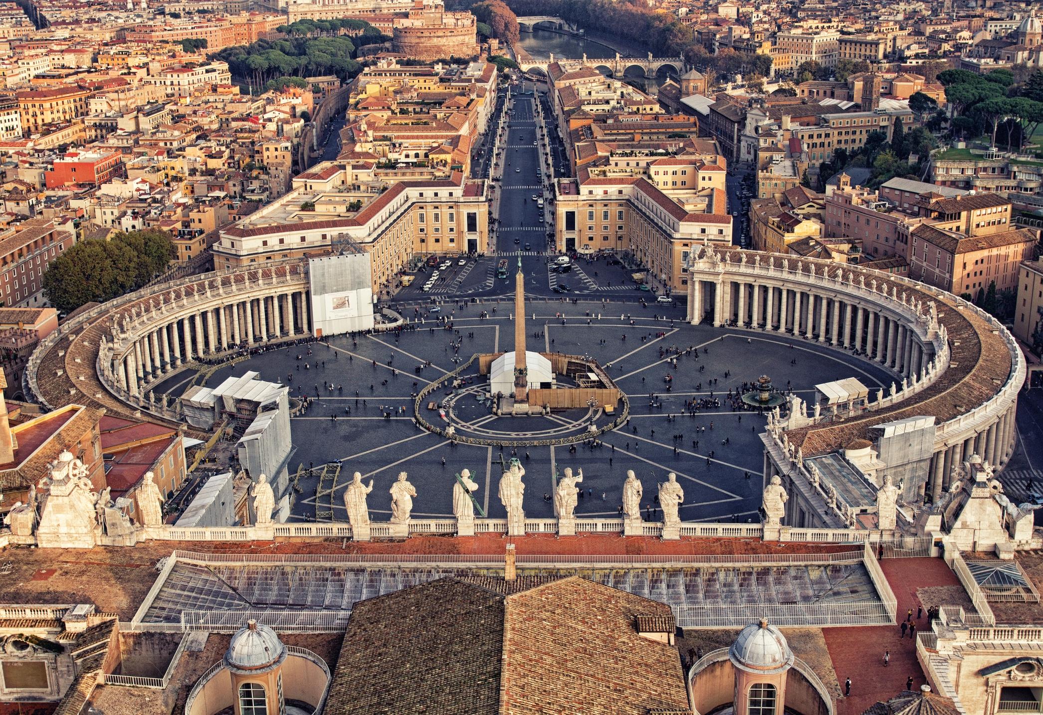 Ватикана е най-малката европейска столица с население от едва 800 души и разполозжена на 110 акра.