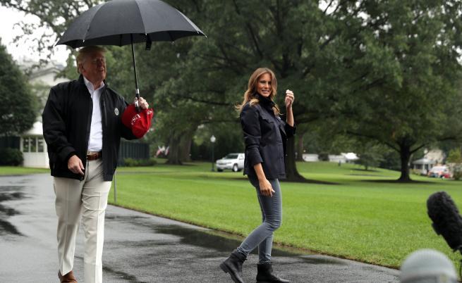 Сама под дъжда: Доналд остави Мелания без чадър