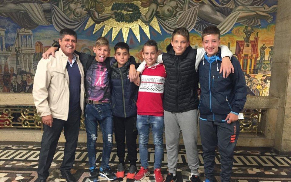 Юноши на Ботев сред публиката на спектакъла