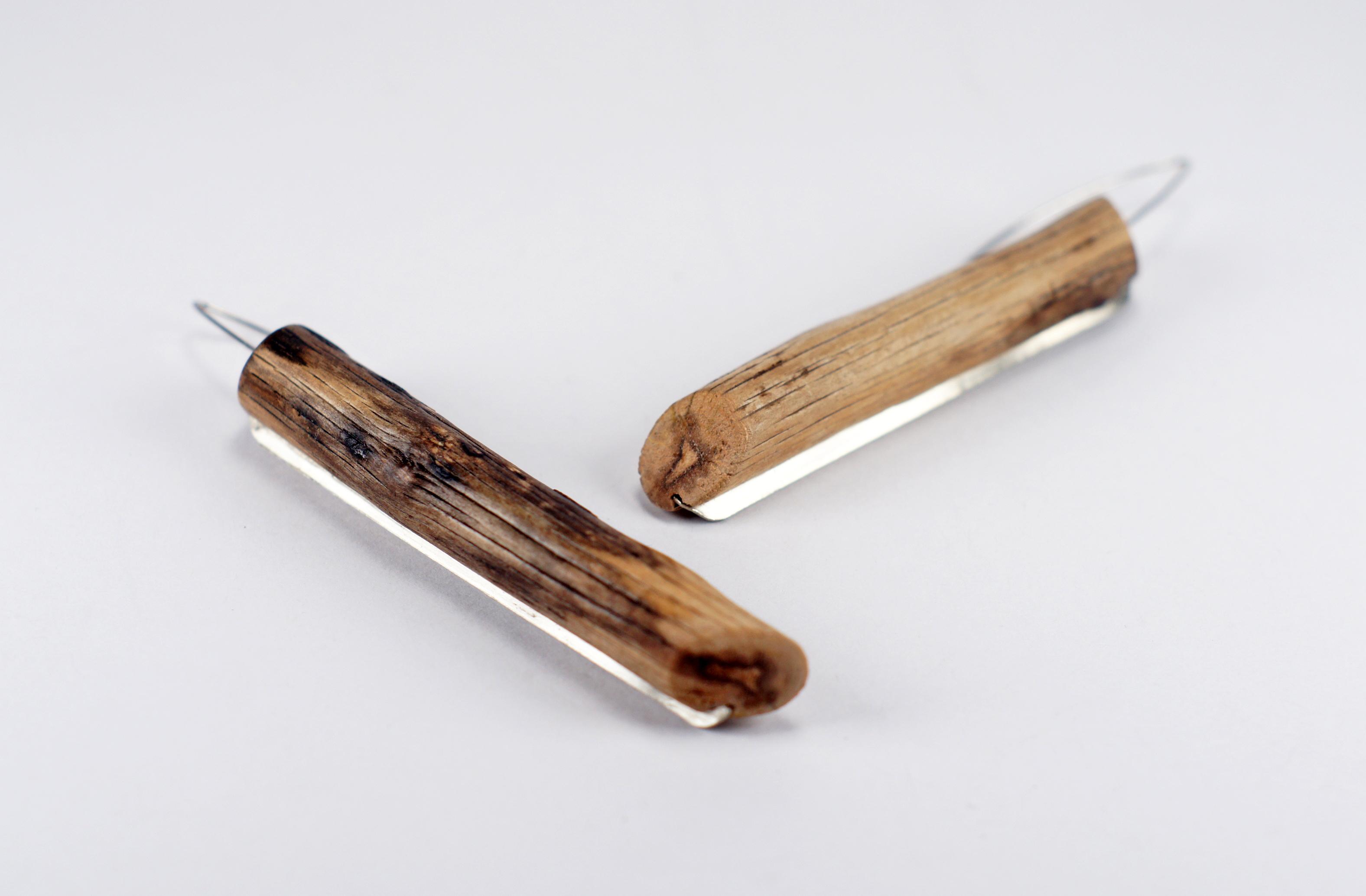Обеци `From one piece` - обеци, направени от едно дръвче, намерено около Силистар – стоматологична тел и алпака.