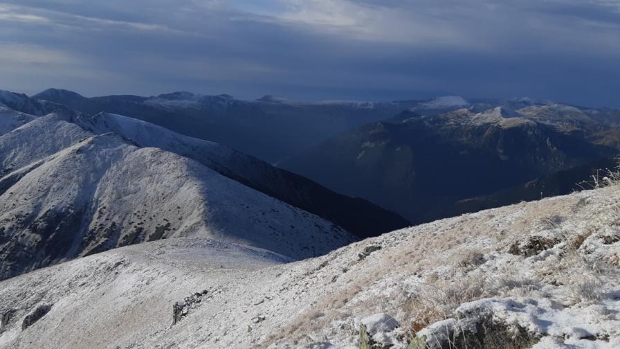 <p>Сняг в планините и студ в България</p>