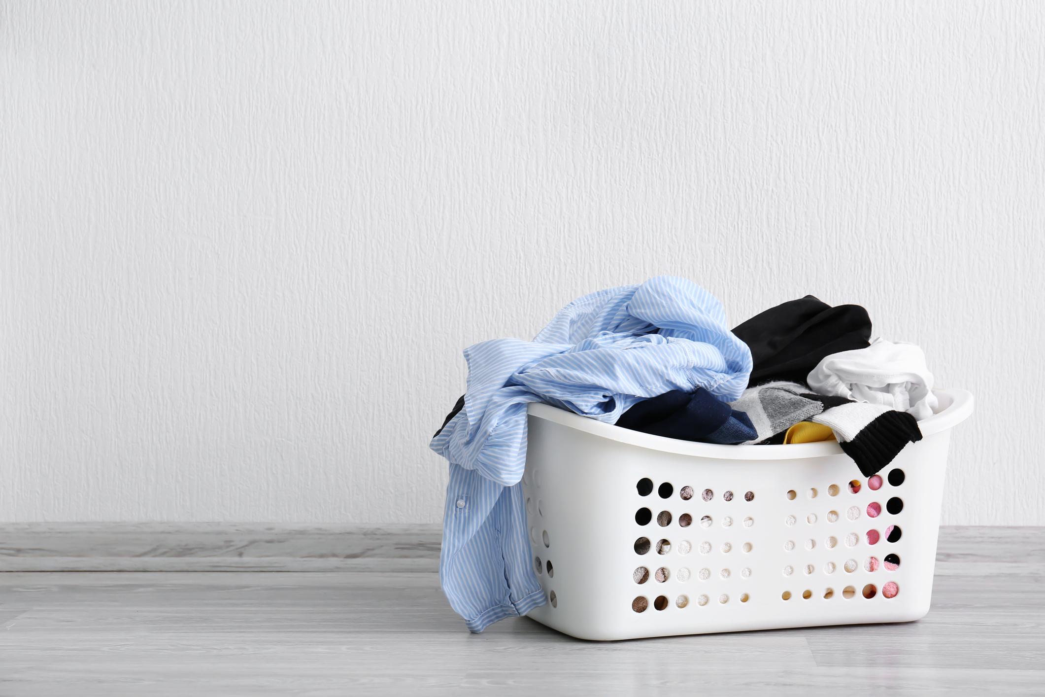 Кошът с мръсните дрехи е препълнен.