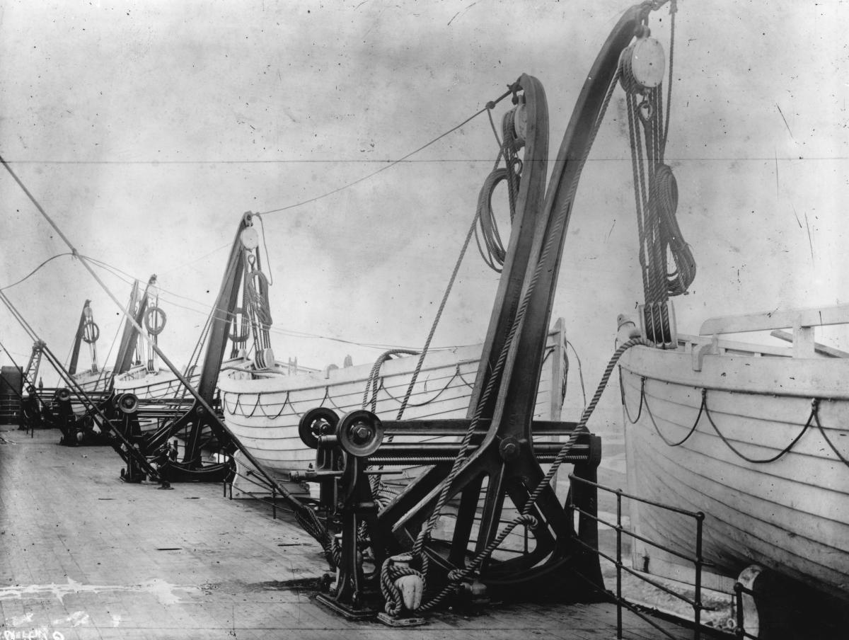 Снимка от палубата със спасителните лодки.