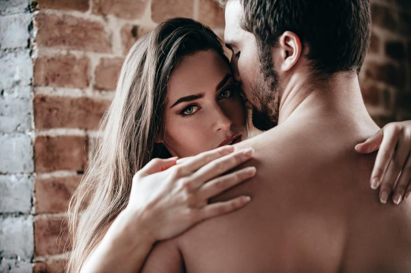 <p><strong>Овенът е доста сходен на Скорпиона&nbsp;</strong>по отношение на сексуалния темперамент. За тях сексът трябва да е като сутрешното кафе и всичко останало &ndash; горещ и набързо, без усложнения, захар и гушкане.</p>  <p><strong>Всичко в животът им трябва да е като енергийна напитка&nbsp;</strong>&ndash; гръмко, ярко, с балончета и да дава енергия, която се изпарява толкова бързо, колкото се е появила. И после идва търсенето на нова доза, разбира се.</p>