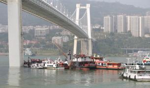 Спасители търсят оцелели от катастрофата с автобус в река Яндзъ