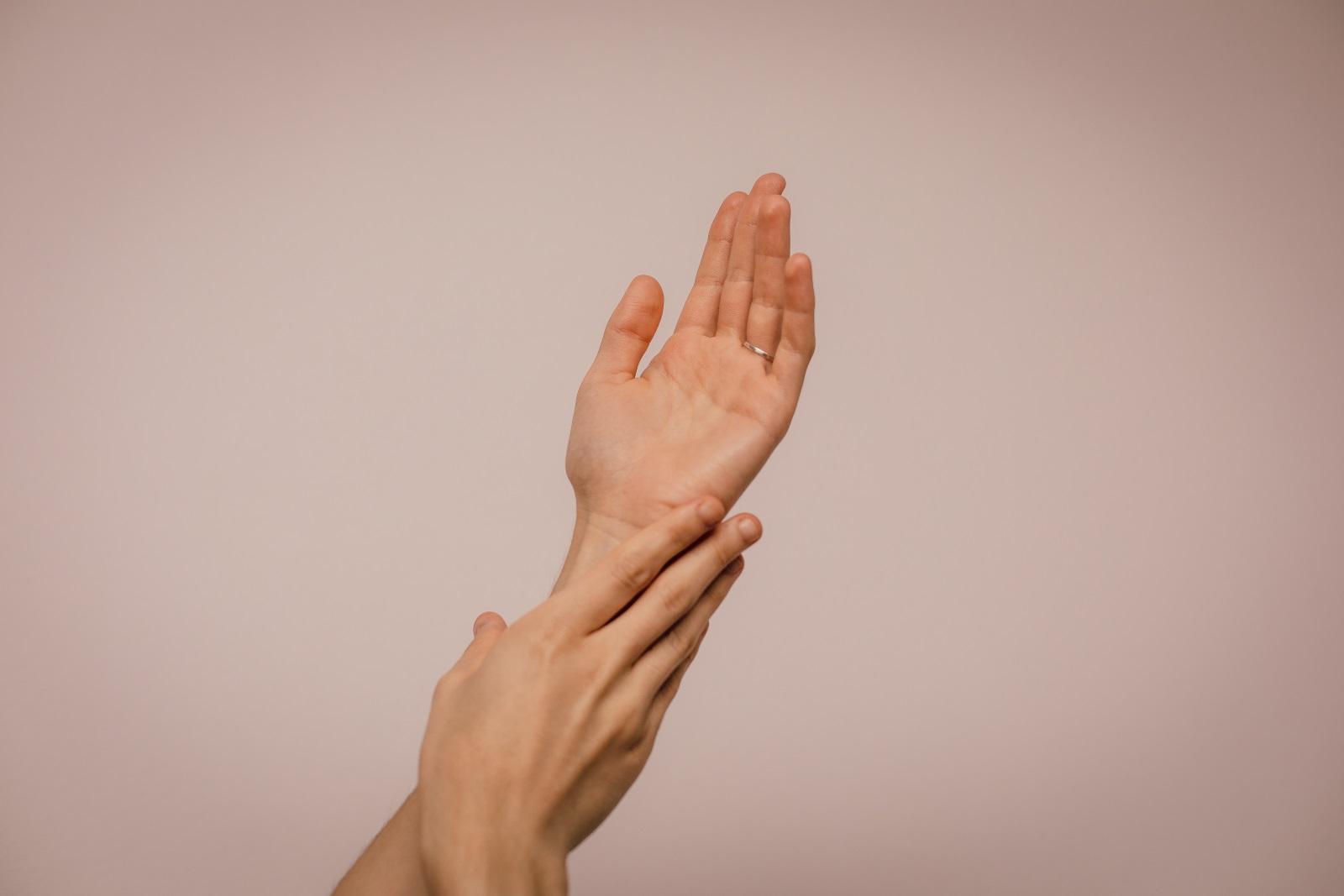 8. Ръцете -Няма спор, че трябва мием ръцете си след тоалетна и изхвърляне на боклука, както и преди хапване и готвене. Но тъй като тялото има нужда да изгради собствен имунитет (особено важно при децата), твърде честото миене на ръцете прави кожата по-податлива на микроби и бактерии. То също изсушава и сбръчква кожата, а тези вдлъбнатини допускат повече микроби в тялото. Затова мийте ръцете си разумно: не използвайте дезинфектант често и недейте да си внушавате, че трябва да ходите до мивкатаслед докосванена всеки предмет.