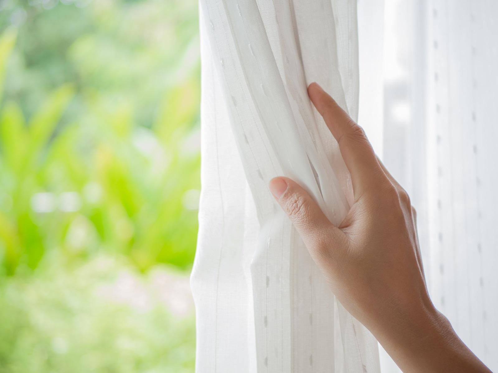 2. Прозорците - Чистят се не по-често от 1-2 пъти в година. В противен случай се появяват резки и мъх. Освентова, повечето препарати не са полезни за белите дробове. За много мръсни прозорци използвайте по-мощен препарат, гумена ролка и сапунена вода от външната им страна – почистването по този начин намалява нуждата оттретиране скоро след това, защото петнатаотвън обикновено карат прозорците да изглеждат мръсниотвътре.