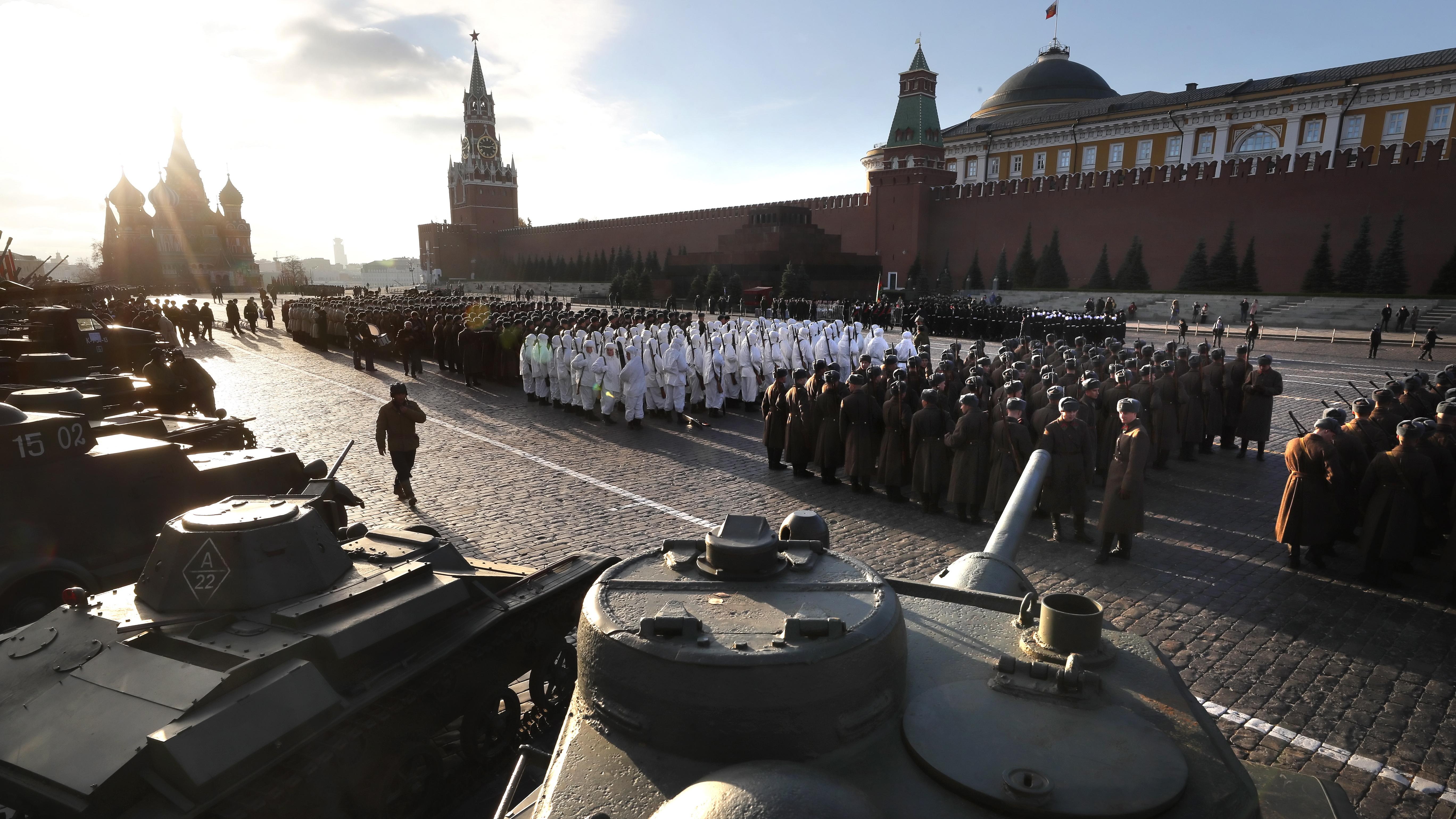 Тогава в деня на така наречената Октомврийска революция от 1917 г. през центъра на руската столица преминават части на Червената армия и се отправят към защитните линии на града, който е почти блокиран от армията на Хитлеристка Германия.