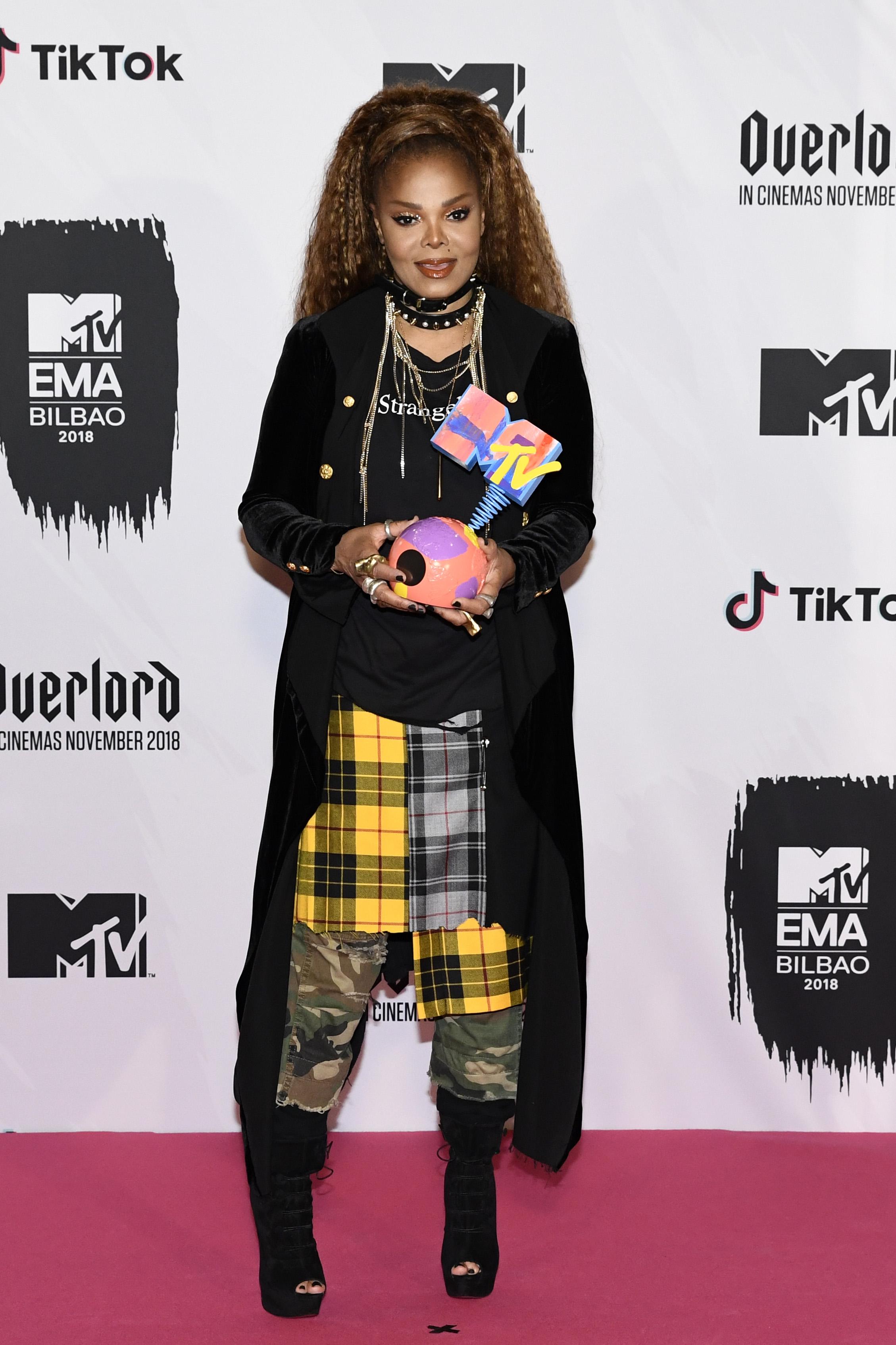 """Камила Кабело е големият победител на церемонията за Европейските музикални награди на MTV, след като спечели призовете за най-добра песен, най-добър изпълнител, най-добро видео и най-добър американски изпълнител. """"Тази година е най-добрата в живота ми"""", заяви 21-годишната Кабело, която през август спечели две от най-престижните видео музикални награди на MTV - за изпълнител на годината и видео на годината. 2018 г. действително е много успешна за нея - освен наградите, хитът й """"Havana"""" с участието на Йънг Тъг достигна челото в класацията по продажби в САЩ в края на януари, а аудио версия на песента е слушана 1,3 милиарда пъти в Ютюб."""