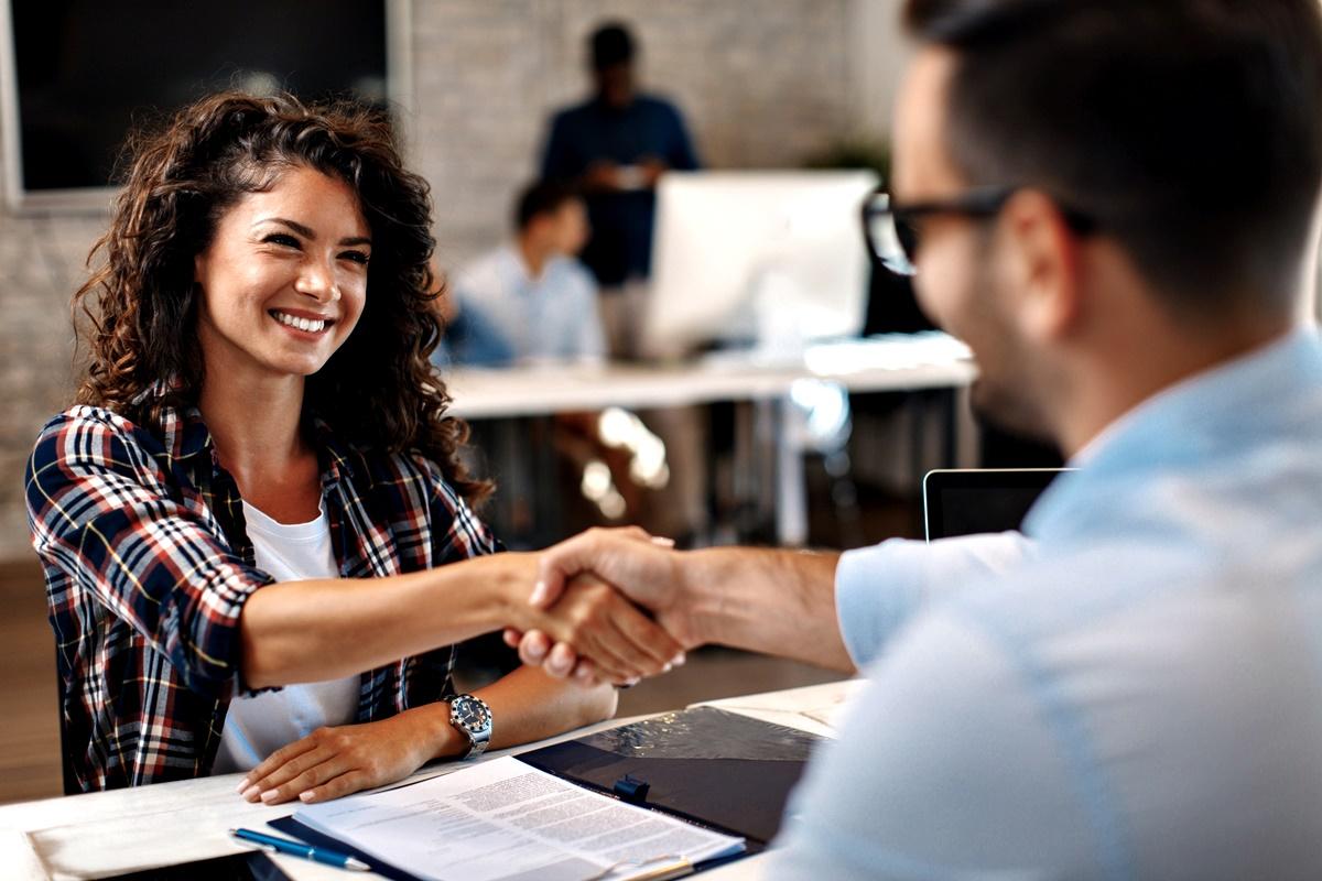 Бъдете позитивни и честни<br /> Доброто поведение е заразно и всички знаем, че първото впечатление има значение. Усмихвайте се, когато се запознавате с нови хора и стиснете ръката им. Представете пред всички колеги и покажете колко щастливи и благодарни сте, че сте там.
