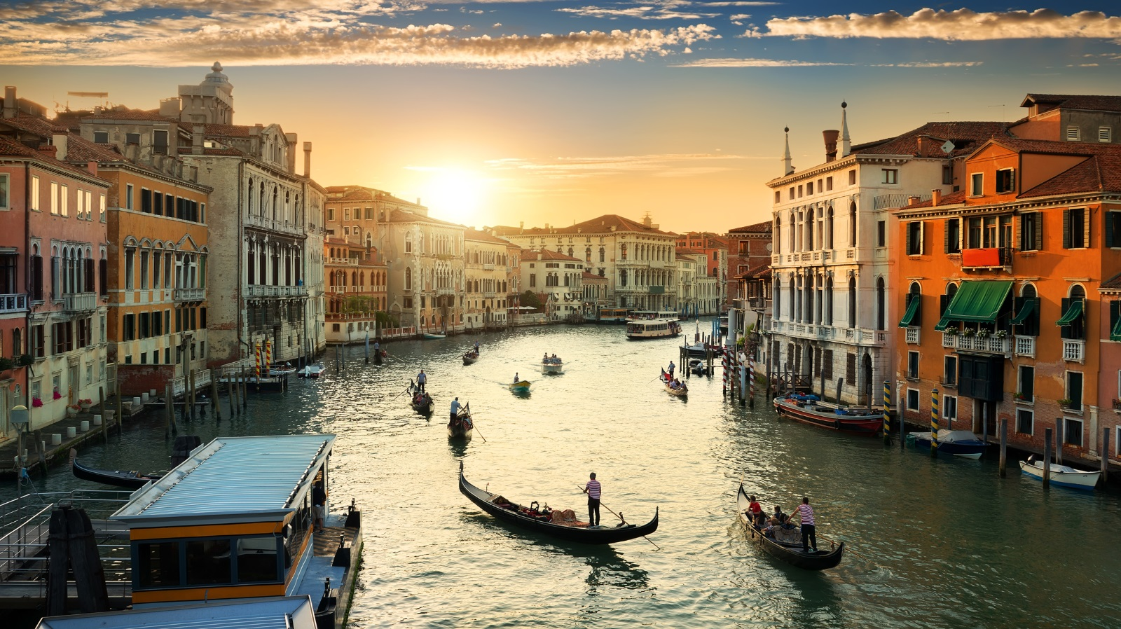 Венеция - градът на любовта, романтиката, мечтите, красивите залези и разходките с лодка.