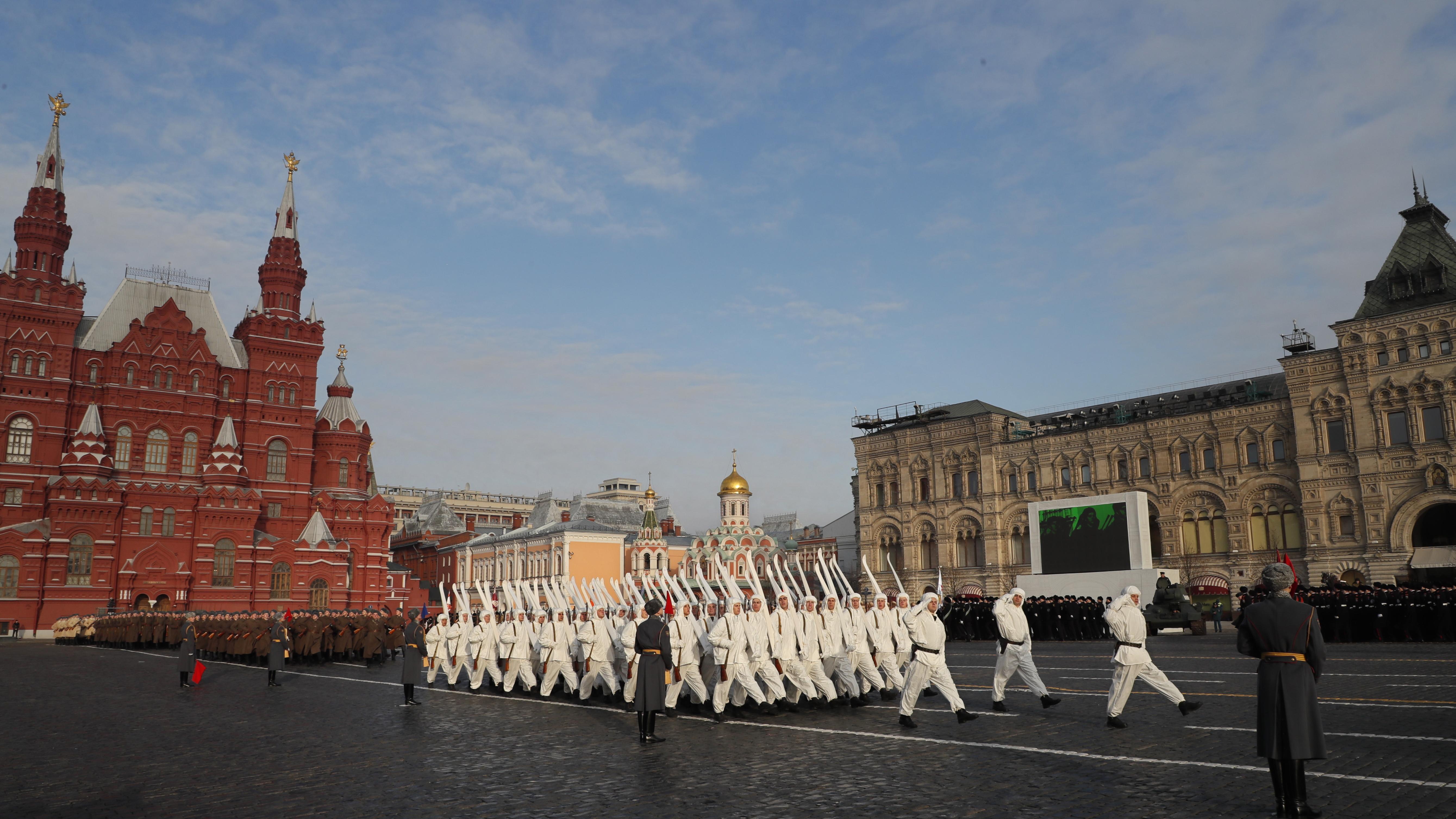 Руски войници в исторически униформи участват в 77-ия парад, отбелязващ годишнината от битката за Москва по време на Втората световна война на Червения площад в Москва.