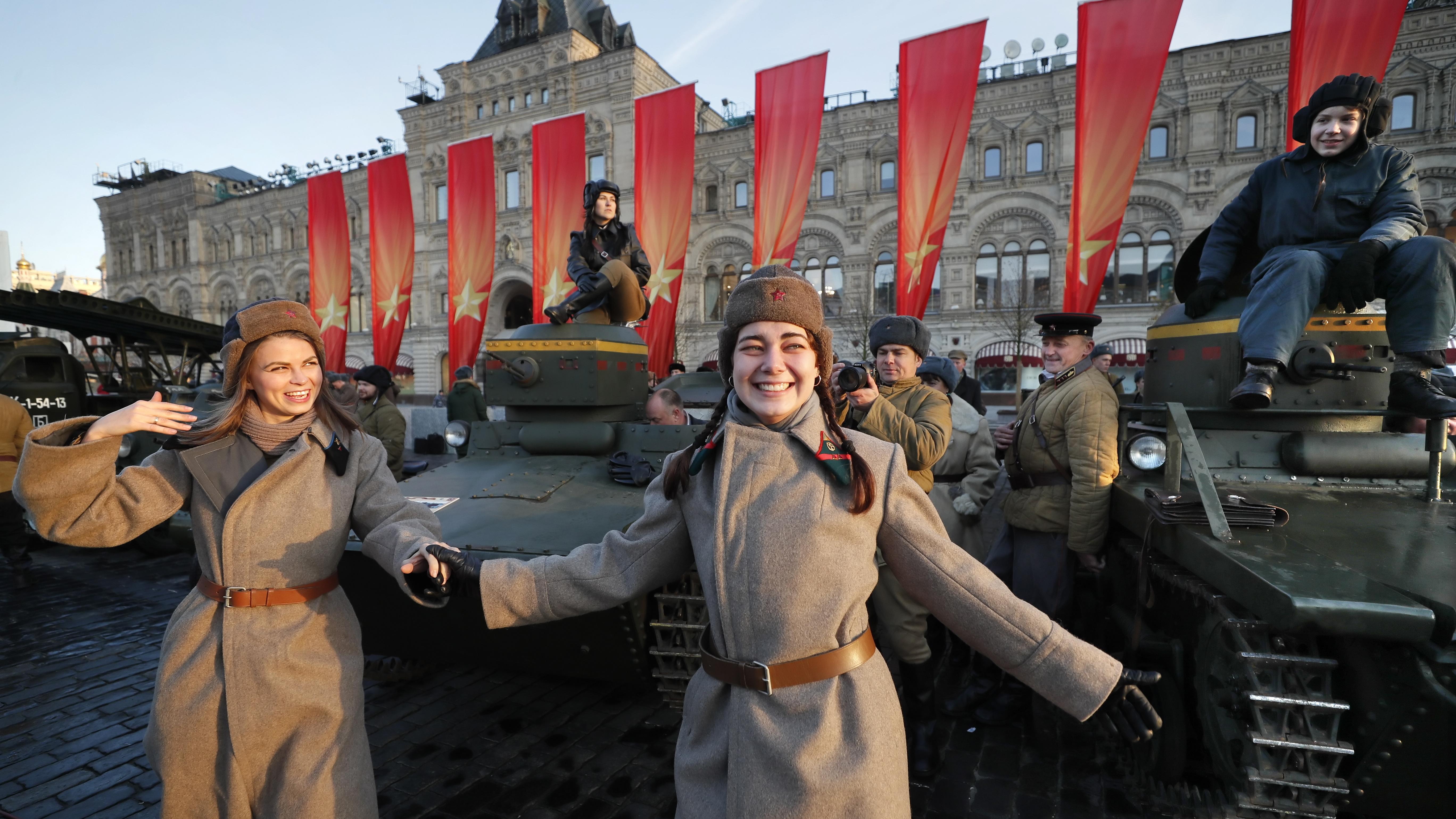 Денят на Великата октомврийска социалистическа революция /ВОСР/ е обявен за празник през 1918 година, но тъй като по това време вече е въведен новият Григориански календар, той я измества на 7-ми ноември.