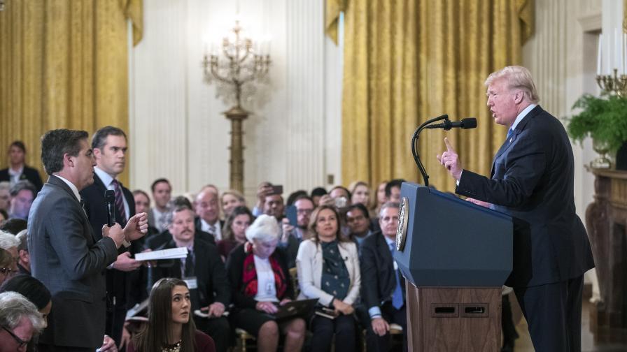 """Тръмп: """"Достатъчно"""", опитаха да вземат микрофона на журналист"""