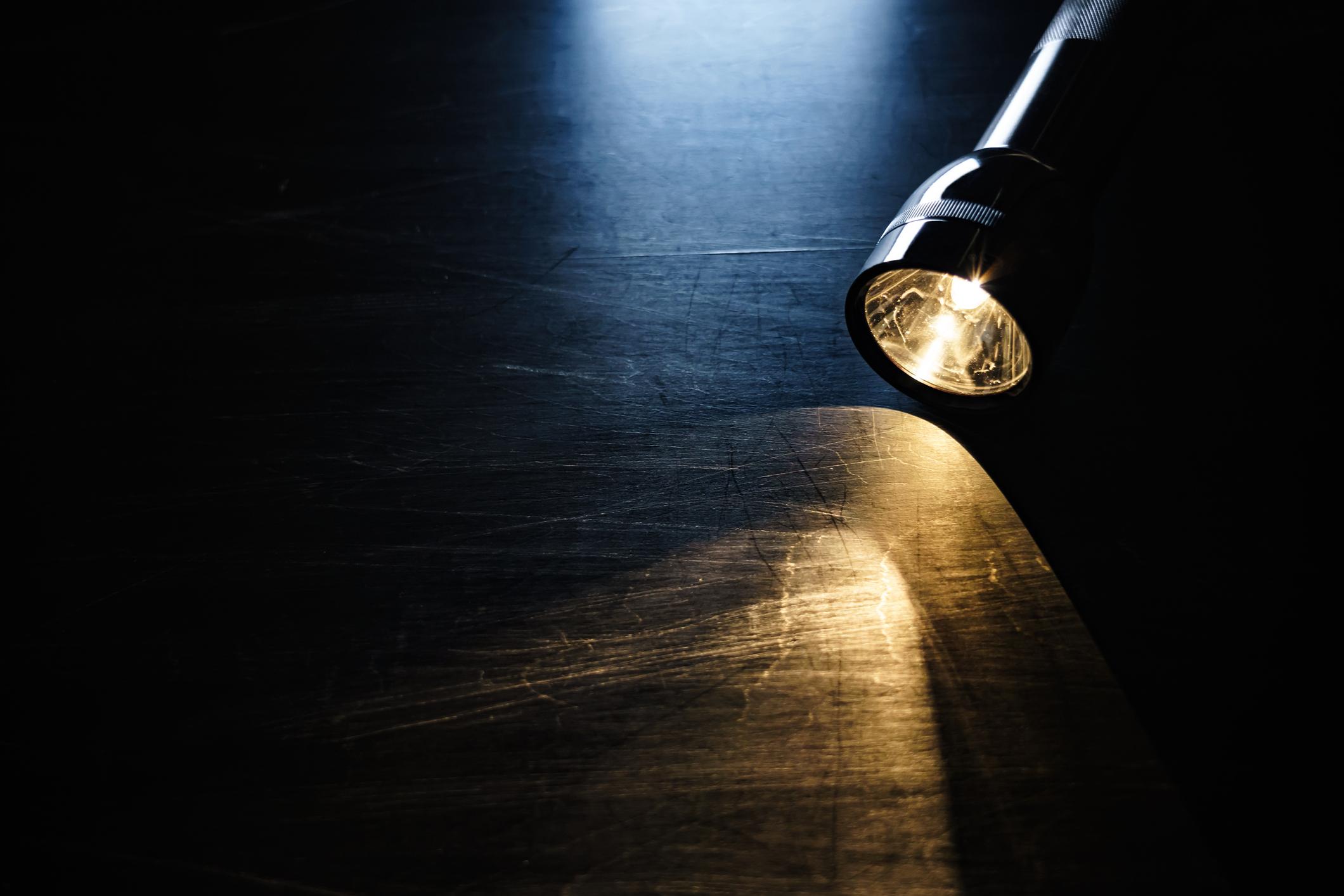 Първите снимки са на предмети, които са нужни за вашата безопасност в дома. На първо място е фенерче.