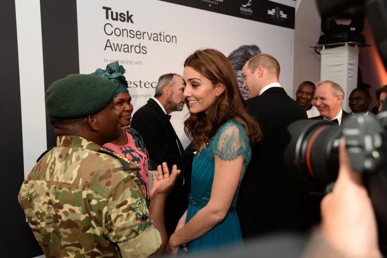 Херцогинята на Кеймбридж Кейт Мидълтън бе заедно с принц Хари на тазгодишните наградиTusk Conservation. Калската двойка определено бе сред най-интересните гости на бляскавата церемония, на която се награждават различни хора, допринесли със своята работа за развитието на общностите в Африка.