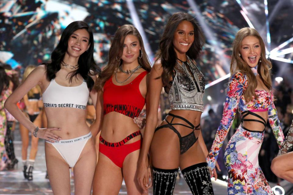 """ВНю Йорксе състоя ежегодното модно дефиле за бельо на култовия брандVictorias Secret., Шоуто, чието първо издание се проведе преди 23 години, е едно от най-интересните модни събития в годината. Този път колекцията е в по-мрачни тонове от обикновено, отбелязват Асошиейтед прес и Франс прес., За разлика от традиционните модни дефилета, в които манекенките не трябва да показват емоции, ангелите на Victorias Secret се усмихват и контактуват с публиката., Според сп. """"Харпърс базар"""" тази годинаорганизирането му е струвало 12 милиона долара."""