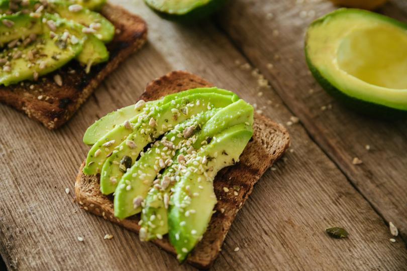 <p><strong>Отслабването</strong><br /> Помага ни да отслабнем &ndash; кой би помислил? Да, точно така, авокадото помага да отслабнете, създавайки чувство на ситост и намаляване на апетита. Това се дължи на високото съдържание на влакна (приблизително 14 грама на плод). Проучванията показват, че диетите с храни, съдържащи ненаситени мазнини, са много по-полезни и ефективни от диети с ниско съдържание на мазнини.</p>