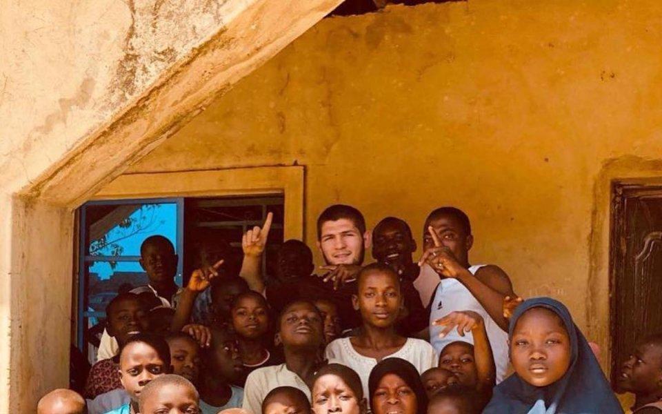 Шампионът на UFC участва в благотворителна кампания в Нигерия