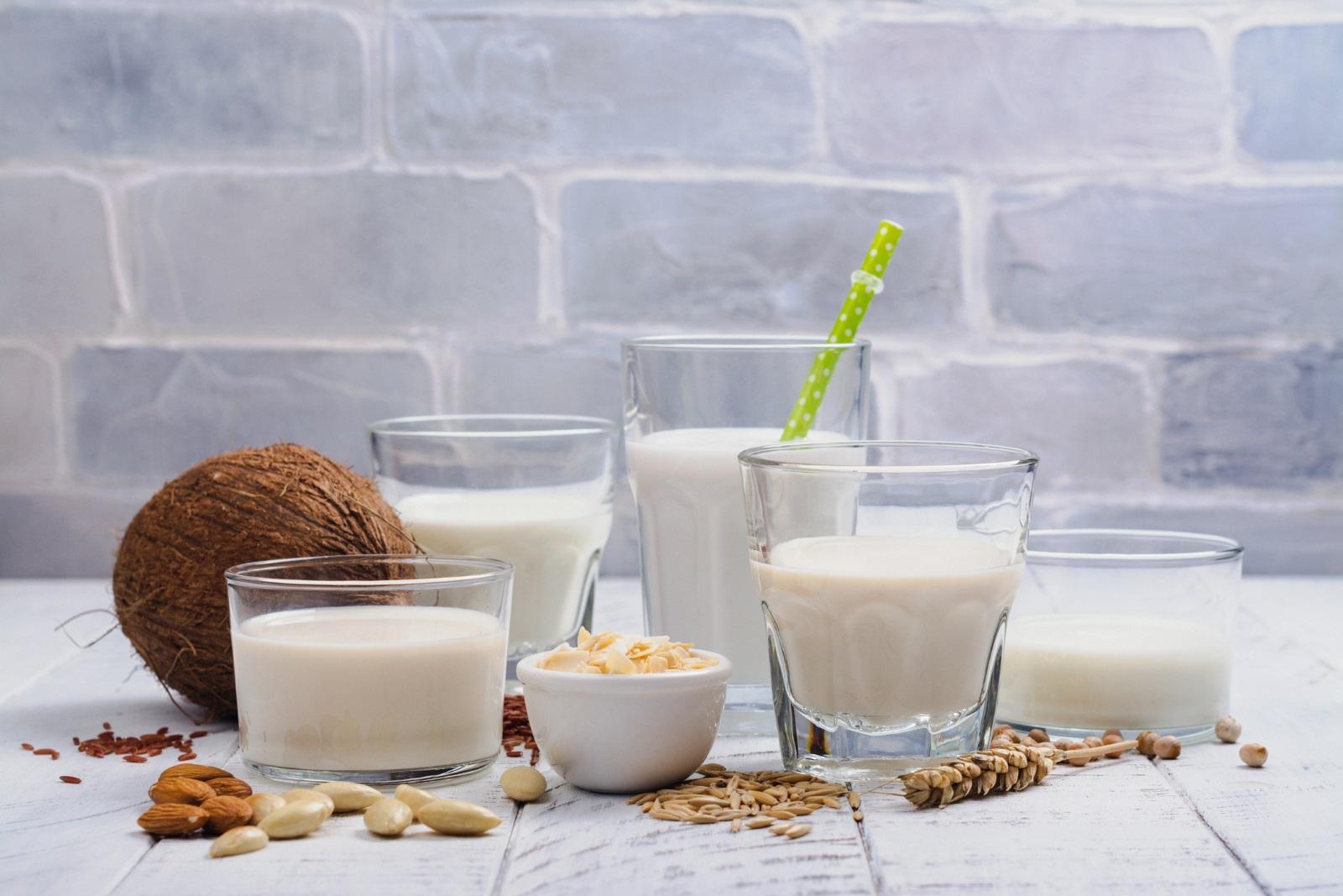 Пълномаслено мляко: Помагат да намалите загубата на мускулна маса, което става факт след навършване на 50. В млякото се съдържа и така важният за костите калций.