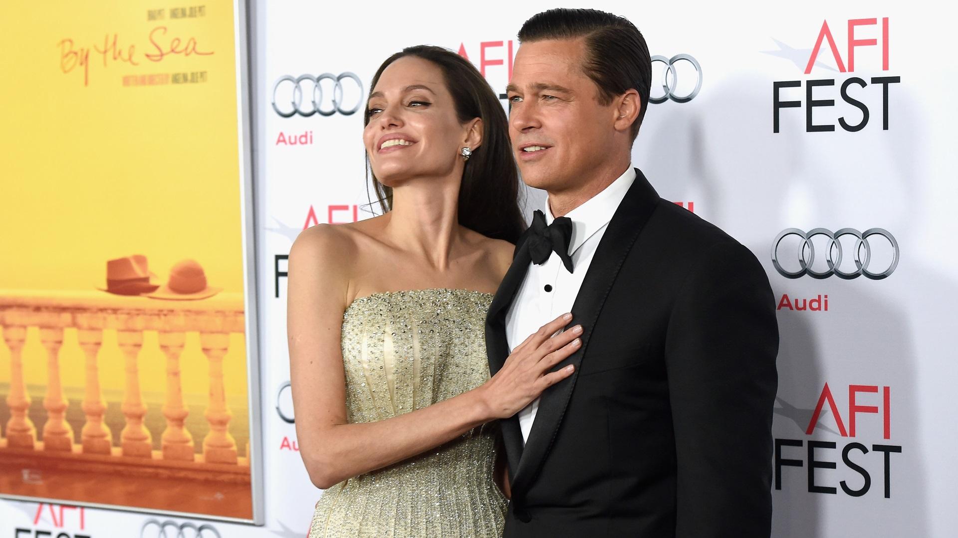 """Брад Пит и Анджелина Джоли<br /> <br /> Няма как да минем без до скоро най-бляскавата двойка на Холивуд. Бранджелина, както ги наричаха медиите се влюбва докато снима филма """"Мистър и мисис Смит"""". Двамата имат деца заедно, женят се, но през 2016 г. се разделиха."""